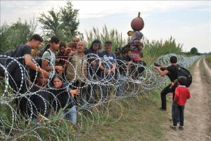 Luchan por saltar las vallas fronterizas